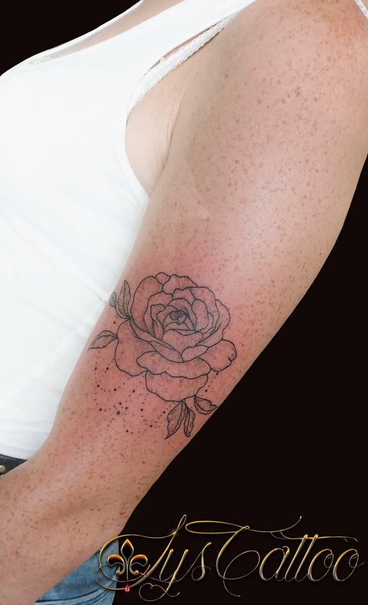 Spécialiste tatouage fleurs, roses, pivoines, pissenlit, lys